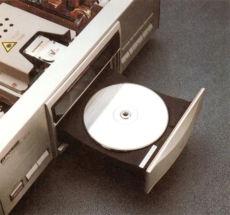 Il caratteristico piatto portaCD, in grado di far fibrillare il cuore dei più incalliti analogisti...