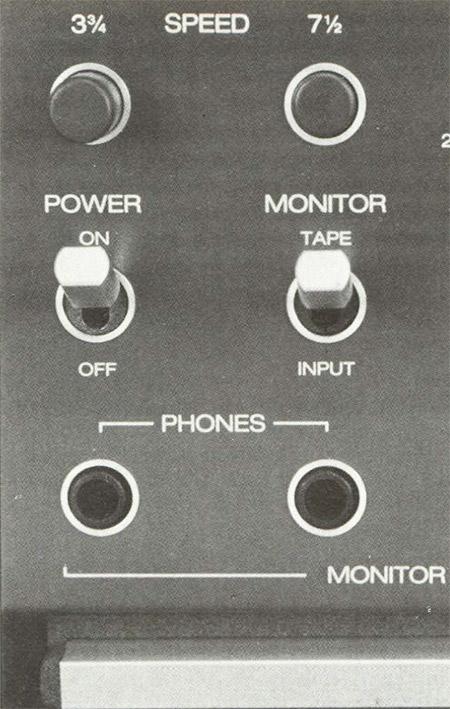 Sul lato sinistro del pannello i controlli della sezione di monitor, il cambio di velocità, le due uscite cuffia.