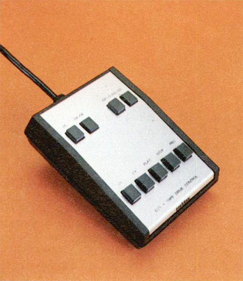In alto a destra. Il telecomando delle funzioni della meccanica; con questo apparecchio è anche possibile controllare l'inserzione degli impulsi per l'azionamento del sincronizzatore del proiettore di diapositive.