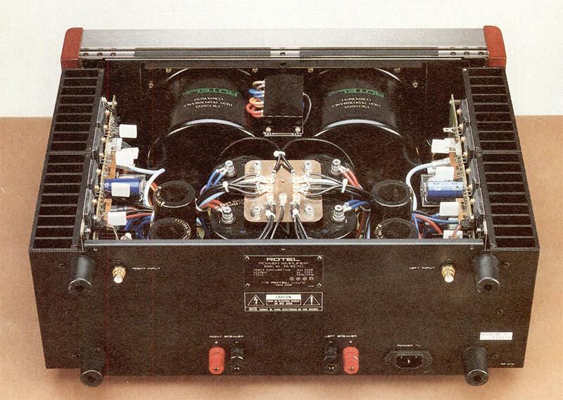 L'interno del finale RHB-10 mostra un'ingegnerizzazione ed una «pulizia» esemplari. I due canali sono completamente separati, anche a livello di trasformatori di alimentazione (due massicci toroidali da 1000 VA montati verticalmente a ridosso del pannello frontale).