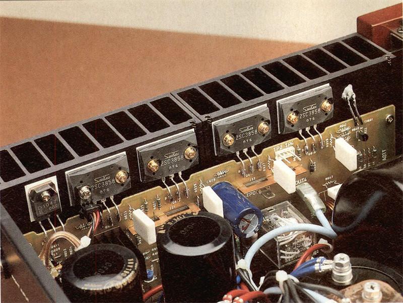 Oltreché sui dissipatori, i sensori di temperatu ra utilizzati nei circuiti di protezione del finale RHB-10 sono collocati direttamente anche sul contenitore plastico dei transistor di potenza.