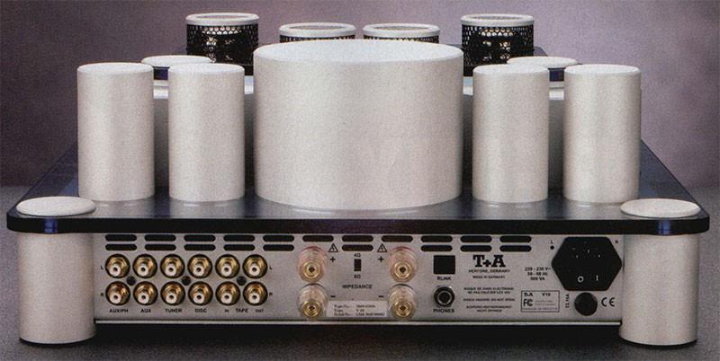 // retro del VIO, con in evidenza i morsetti WBT eleo coppie di pin RCA dorati (5 ingressi linea + uscita tape).