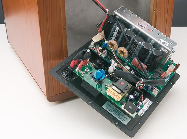 La scheda con la batteria di condensatori svolge la funzione di alimentazione e amplificazione. Non c'è il trasformatore di alimentazione e i transistor dell'amplificatore in classe D modulano in PWM la tensione di rete raddrizzata e filtrata. 1250 W rms (equivalenti a 2 cv) non sfigurerebbero in una betoniera di medie dimensioni. La scheda montata inferiormente si occupa degli ingressi, uscite e controlli e la dice lunga sulla capacità della Velodyne nel contenere i disturbi da accoppiamenti elettromagnetici.