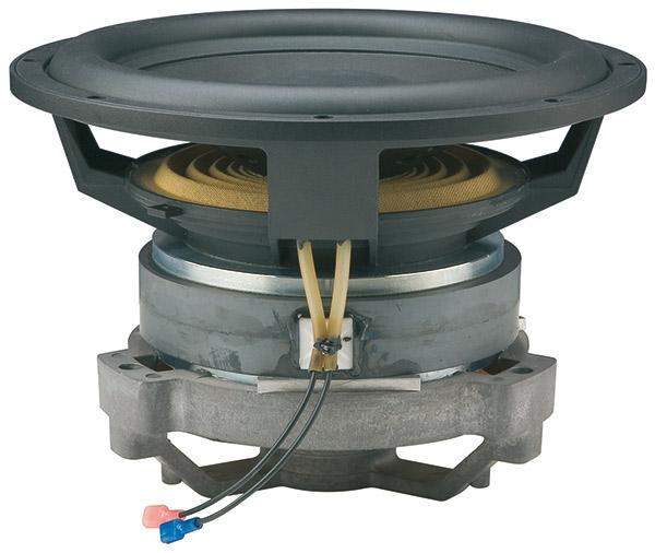 Lo strepitoso altoparlante ha il doppio centratore e la bobina mobile da 76 mm avvolta su un supporto in Kapton. Il supporto in fusione di alluminio a tre razze, ben visibile, sostiene il polo centrale che richiude il flusso magnetico delle due piastre polari. La guaina bianca contiene la piattina di collegamento del sensore tachimetrico e il cavo di collegamento dello 0 volt elettrico per la schermatura del prezioso segnale.