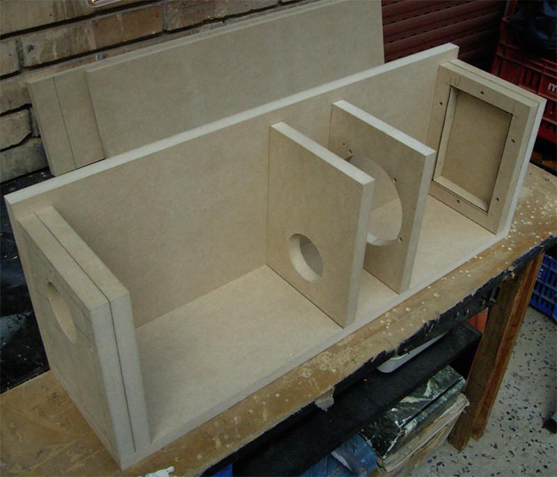 Una volta terminata la preparazione delle varie componenti, si passa all'incollaggio della struttura; sono ben visibili i doppi pannelli superiore ed inferiore e le relative aperture.