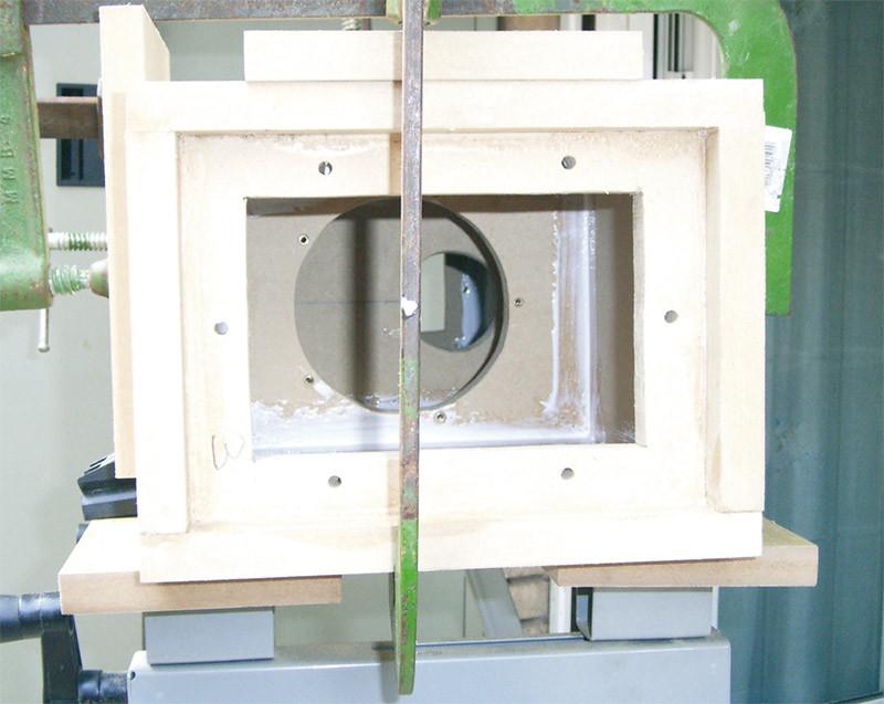 Vista interna del sub con in primo piano il contropannello di chiusura, il pannello di sostegno dell'altoparlante ed il foro del condotto tra la camera interna e quella esterna.