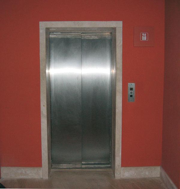 Figura 4 - Sala Santa Cecilia: uno degli ascensori che porta alle varie gallerie.