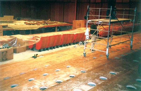 Figura 7 - L'impianto di condizionamento è uno dei punti deboli di qualunque involucro acustico. Le canalizzazioni e il plenum (la cavità sotto le poltrone) sono elementi risonanti che possono interferire acusticamente sia in modo costruttivo che distruttivo (in foto, la sala media).