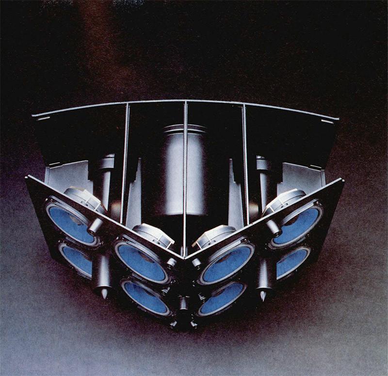 I trasduttori della Bose 901 sono ben 9, di cui uno solo diretto verso la posizione di ascolto, e gli altri otto verso le pareti laterali e frontale.