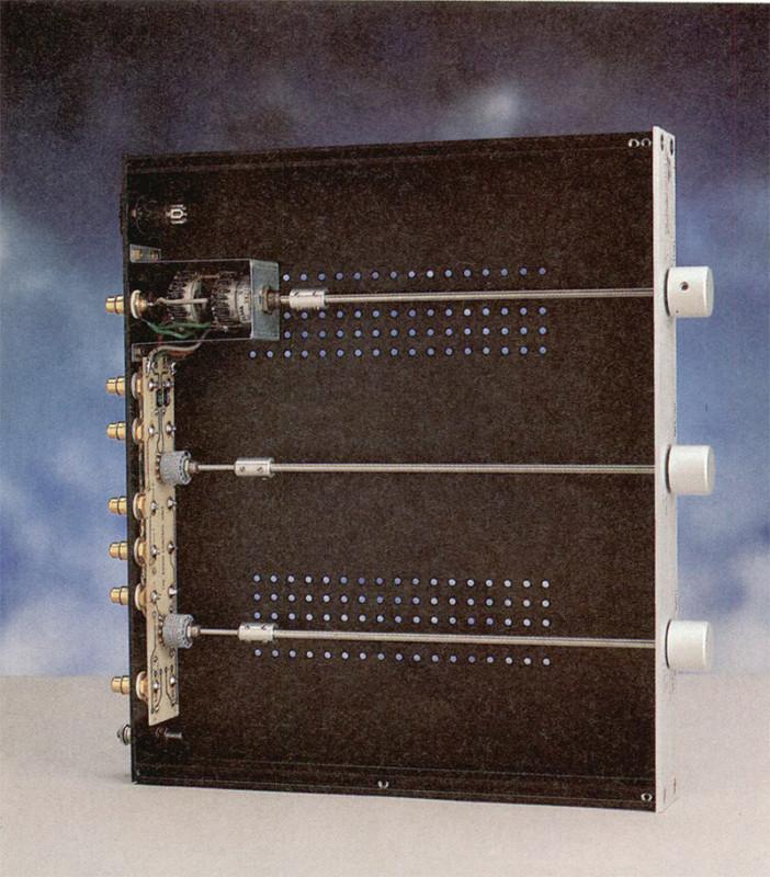Foto 2 - L'interno del preamplificatore. La particolare realizzazione consente di ridurre al minimo il cablaggio.